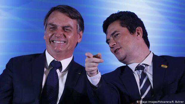 Mensagens mostram que Bolsonaro avisou Moro que havia decidido trocar comando da PF