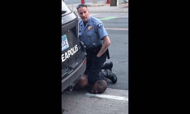 Mulher de policial que matou homem negro nos EUA pede divórcio