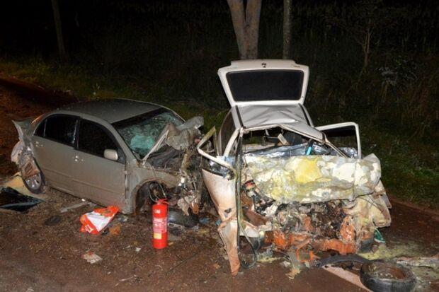 Amigos morrem em acidente entre Uno e Corolla na BR-376