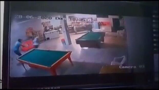 VÍDEO: dono de bar é agredido após pedir para cliente usar máscara