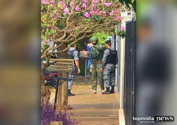 TENSÃO: mulher surta, se corta com faca e só para com arma de choque no Rita Vieira