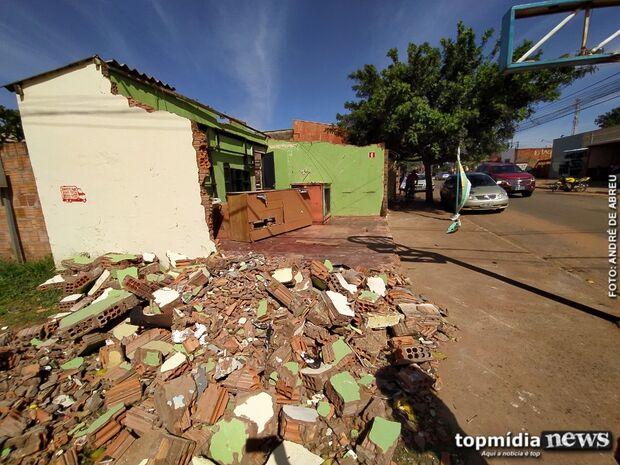 Bar é destruído por carro desgovernado e deixa prejuízo de R$ 10 mil para pai e filho
