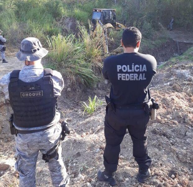 Choque e PF abrem buracos em estrada para barrar o 'vai e vem' na fronteira