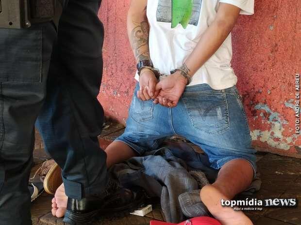 Homem surta durante abordagem e xinga policiais: 'seus vagabundos, safados'