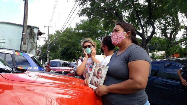 'Eu tinha que vir', diz mãe de Miguel ao ver ex-patroa na delegacia