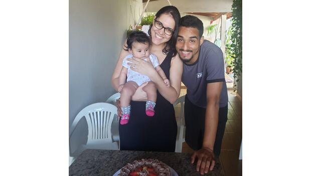 Há 15 anos juntos, Nanda e Renan começaram com declaração desafinada e hoje comemoram com Ester
