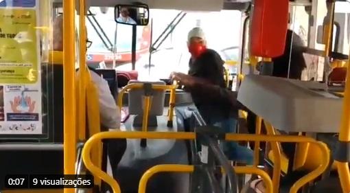 VÍDEO: homem com faca expulsa passageiro sem máscara de ônibus