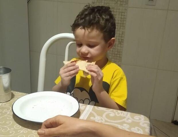 Menino autista ganha pizza sem recheio, comemora e comove as redes sociais