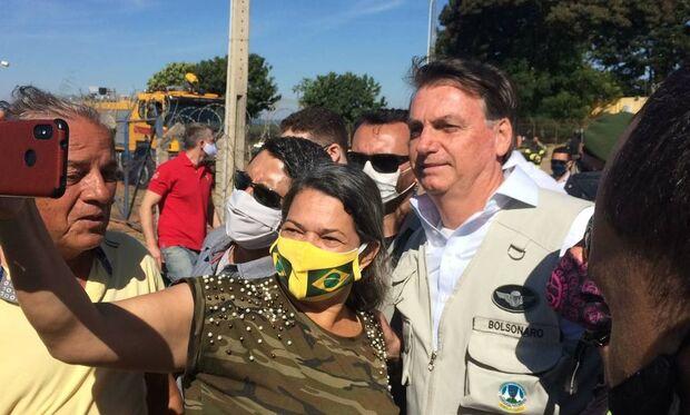 Sem máscara, Bolsonaro acompanha blitz da PRF e causa aglomerações
