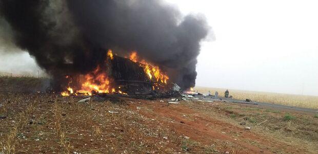 VÍDEO: três morrem carbonizados após acidente entre carretas na MS-306