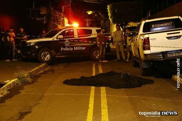 Rapaz é esfaqueado, pede ajuda da família e morre na varanda da casa em Corguinho