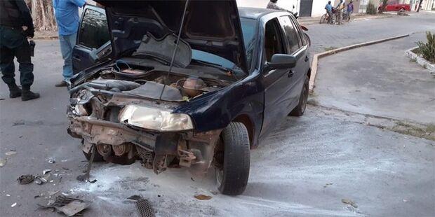 AZARADO: motorista bate em Kombi, carro pega fogo e é atropelado ao fugir de bicicleta em Corumbá
