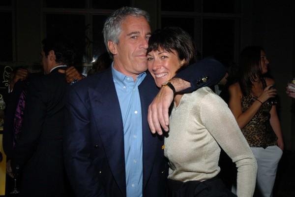 Envolvida em escândalos sexuais de magnata, Jeffrey Epstein é presa