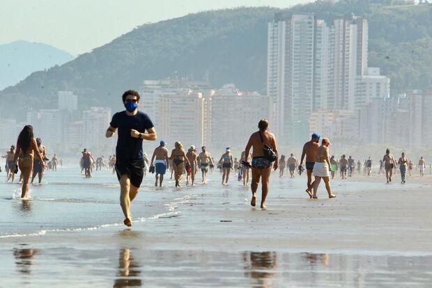 Mesmo com pandemia, praias lotam em SP