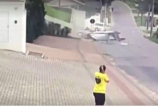 VÍDEO: avião com duas pessoas cai no meio da rua de cidade catarinense
