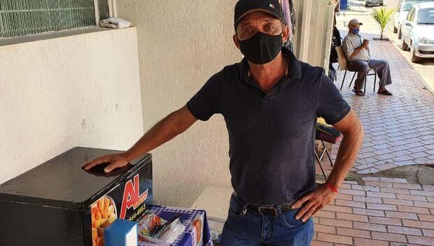 PANDEMIA: cantor Toninho trocou caixa de som pelo isopor e manda ver na venda de salgados em Coxim