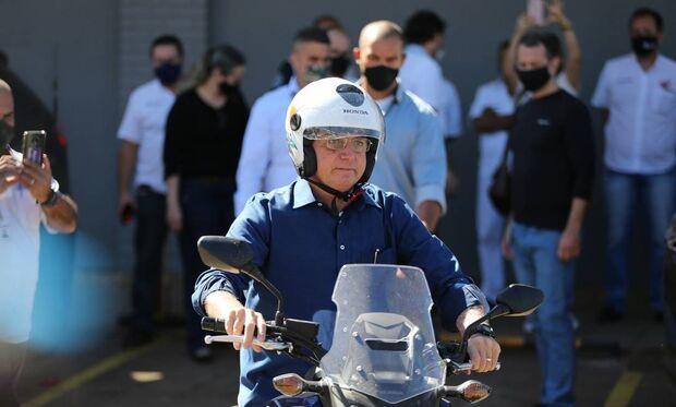 Bolsonaro passeia de moto após testar negativo para coronavírus e anuncia que vai começar a viajar
