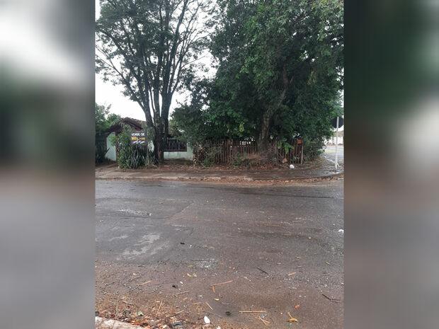 Vizinho usa calçada como quintal de casa e 'pedestres que lutem' na Vila Cidade Morena