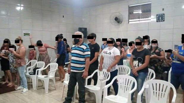 Pastores não respeitam distância nem máscara e dão 'abraço geral' em igreja no Campo Alto