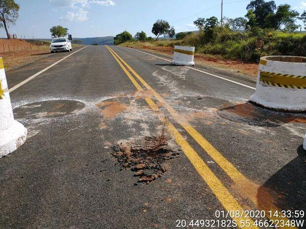 Sem-vergonhas desbloqueiam ilegalmente via e destroem asfalto em Piraputanga