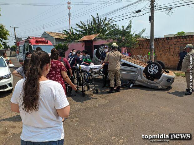 Vídeo: padre se assusta com ciclista, bate em carro estacionado e capota veículo