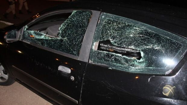 Noite de sexo a três termina em correria de casal pelado e carro destruído em SC
