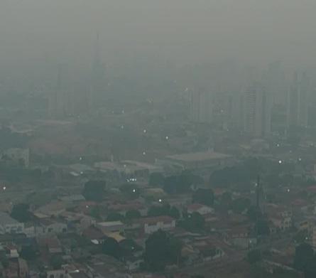 Frente fria pode levar fumaça do Pantanal para SP e gerar 'sol alaranjado' e 'chuva negra'