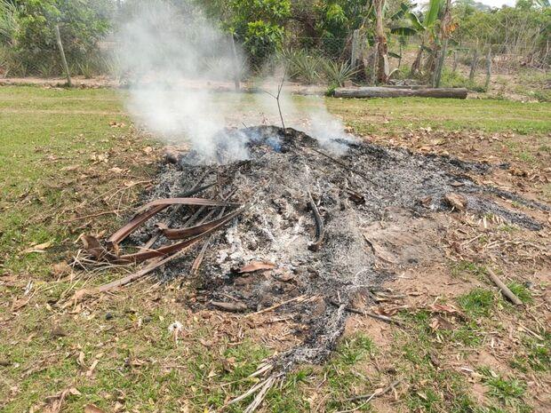 Mulher de 52 anos é autuada após colocar fogo em lixo de terreno