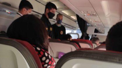 """Durante voo, passageiro xinga comissário de """"viadinho de bosta"""" e é expulso"""