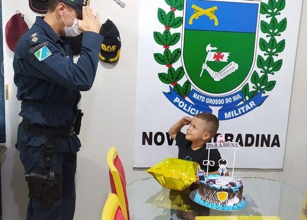 Criança fã da PM comemora aniversário no Batalhão em Nova Andradina