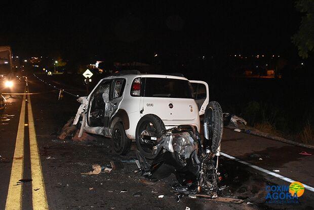 Casal em moto bate em carro atravessado na BR-163 e quatro ficam feridos em Coxim