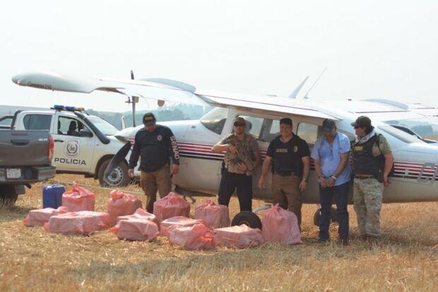 Paraguai apreende avião com 400 kg de cocaína; piloto tentou queimar droga