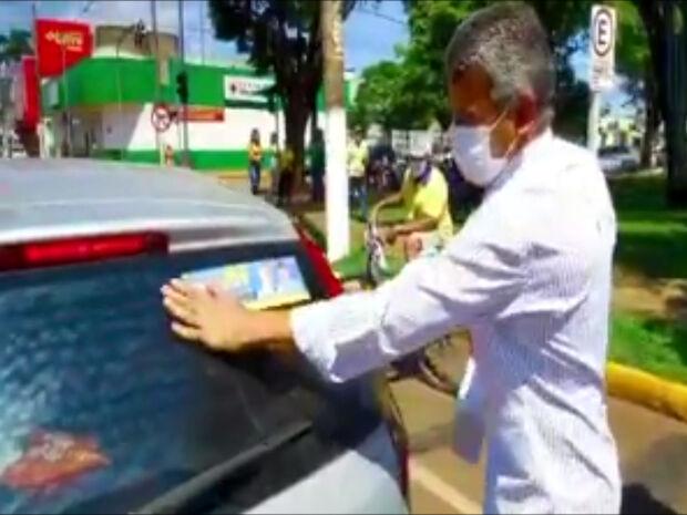 Hashioka adesiva carros e agradece apoio em Nova Andradina