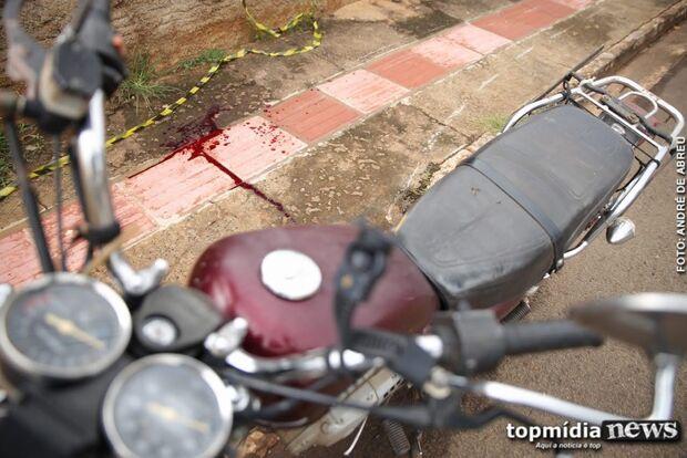 Após perder controle de moto e bater em árvore, jovem morre no hospital