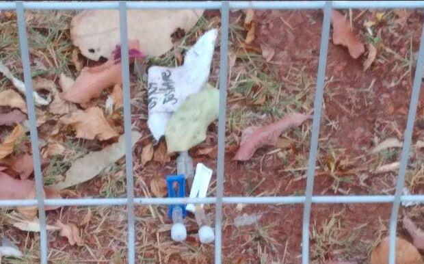 Visitante acha lixo hospitalar na grama da Santa Casa e alerta: 'tem crianças lá'