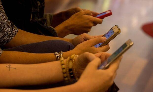 Estudo aponta que coronavírus pode sobreviver até 28 dias em celulares, notas e cartões bancários