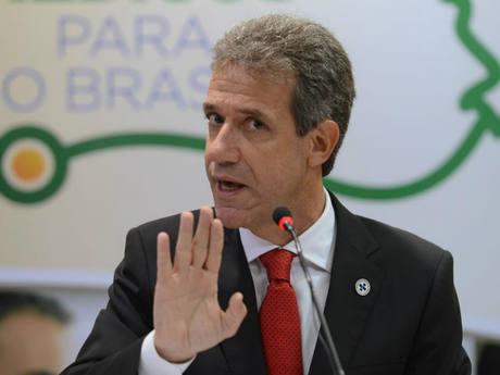No Brasil, ministro da Saúde é exonerado temporariamente