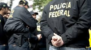 PF faz apreensão de roupas e produtos contrabandeados