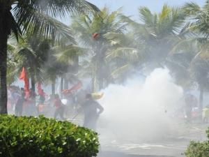Manifestantes são feridos com balas de borracha em confronto contra leilão, no Rio
