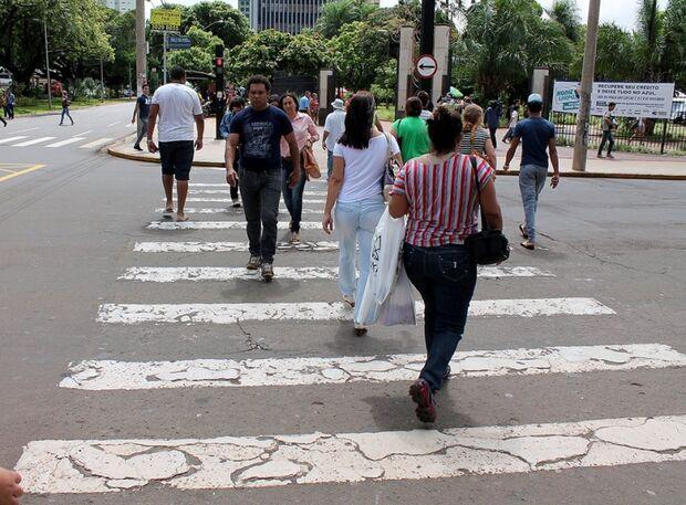 Campanhas de conscientização para pedestres permanecem suspensas devido à falta de pintura das faixa