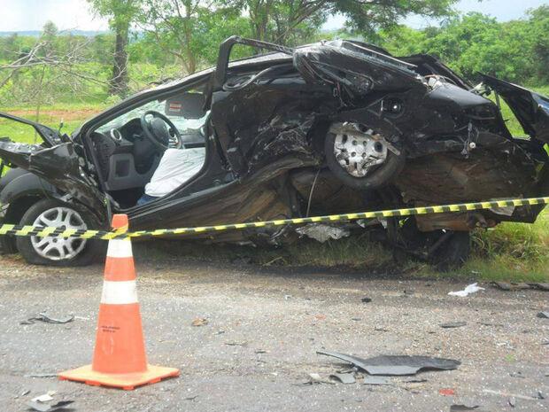 Acidente envolvendo carro e carreta deixa duas vítimas fatais