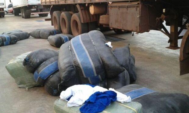 Caminhão é flagrado carregando uma tonelada de roupa em carga de cimento
