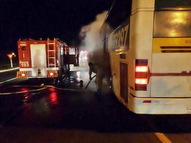 Pneu estourado provoca princípio de incêndio em ônibus na BR-267