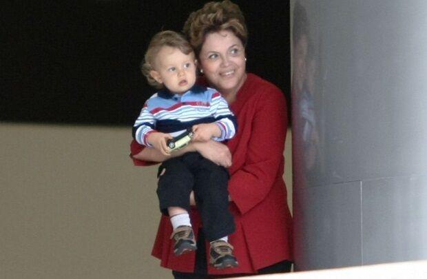 Dilma pede desculpas por andar de carro com o neto no colo