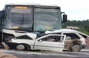 Acidente entre carro e ônibus deixa três pessoas mortas na BR-262