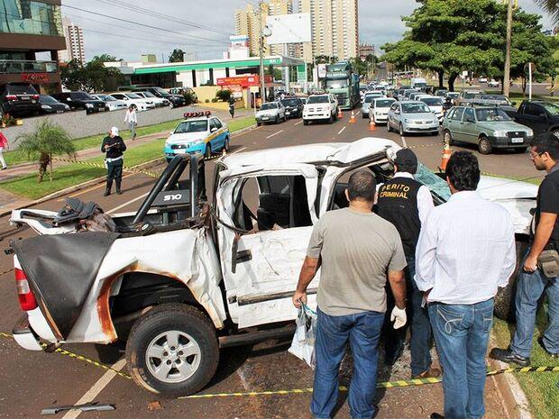 Um morre e dois ficam feridos após caminhonete bater em canteiro na Afonso Pena