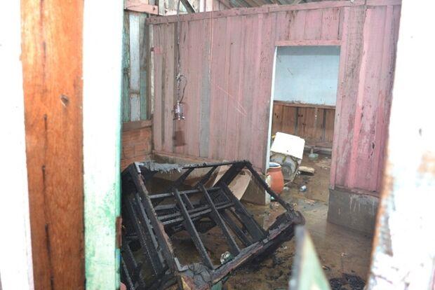 Casa de madeira fica destruída após pegar fogo, em Coxim