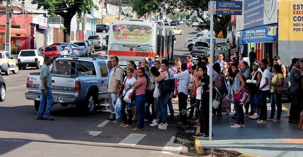 Acidente entre Gol e ônibus gera confusão no trânsito da 13 de maio e Fernando Corrêa da Costa