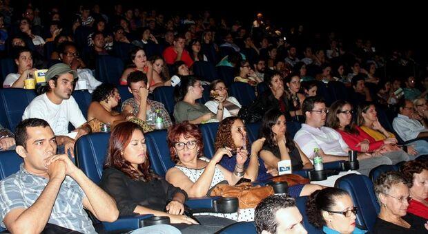 População lota sala de cinema para assistir filme de diretor sul-mato-grossense no FestCine