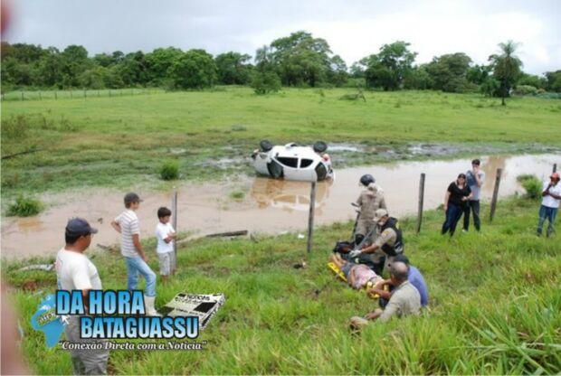 Criança é arremessada de carro em acidente na MS-395